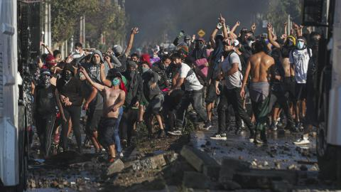 Protester i Santiago, Chile. Bild: Esteban Felix/AP/TT