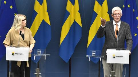 Lena Hallengren, socialminister och Johan Carlson, generaldirektör vid Folkhälsomyndigheten. Bild: Claudio Bresciani/TT