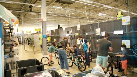 """När karantänen i Frankrike lättades 11 maj blev det rusning till landets cykelhandlare. """"Försäljningen har skjutit i höjden, vi har knappt några cyklar kvar och hinner inte få in nya"""", säger Franck Serres. Bild: Emma Sofia Dedorson"""