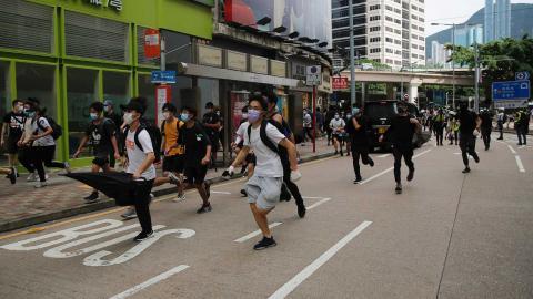 Protester i Hongkong ,under söndagen, mot Kinas nya lag. Foto: Kin Cheung/TT/AP