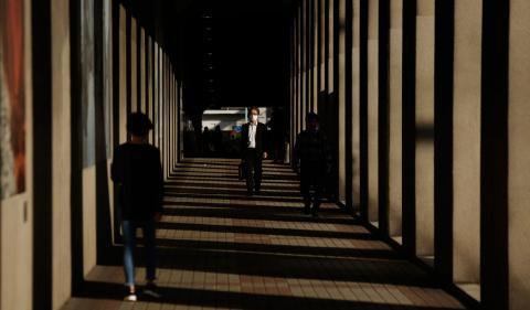 Mer tid till familjen och mindre pendlade tros ha fått effekten att självmorden minskat i Japan. OBS: Bilden är tagen i annat sammanhang. Foto: TT/AP/Kichiiro Sato