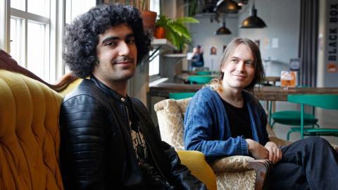 Arrangören och musikern Avesta Markman ihop med Ellis Holmberg på Frilagret. På fredag anordnar han en konsert för de som drabbas av coronakrisen.  Foto: Christian Egefur