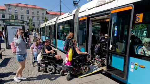 Rullstolsburna försöker få plats på en spårvagn. Bild: Adam Ihse/TT