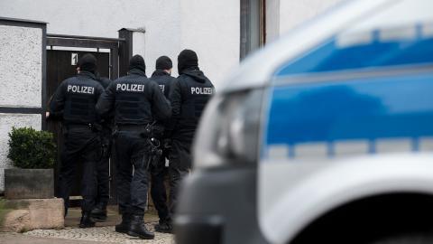 Tysk insatsstyrka gör ingripande mot nynazister i Erfurt i januari 2020. Insatsen skedde i en samordnad aktion i sex tyska städer.   Foto: Jens-Ulrich Koch/ TT