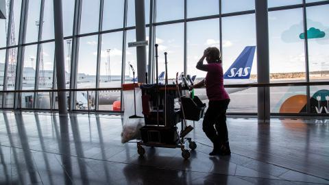 Coronakrisen har tömt världens flygplatser på resenärer. På Arlanda är det numera öde, sånär som på enstaka personal som jobbar med underhåll och städning.  Bild: Anders Wiklund/TT