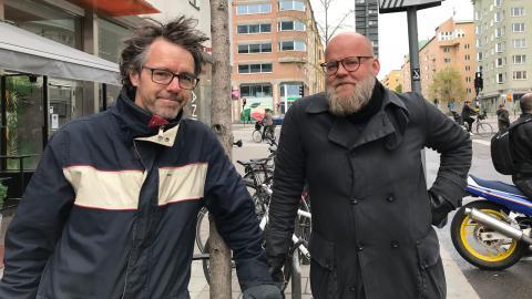 """""""I Storbritannien har man gjort en satsning på cykelbanor under coronapandemin. Krisen har hjälpt oss att hitta vår förmåga till handlingskraft"""", säger Dan Hallemar till vänster. Till höger podkollegan Håkan Forsell.   Bild: Hanna Thåström"""