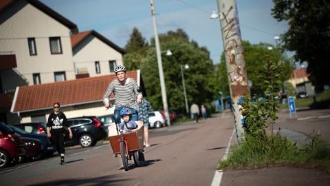 Gustaf Frid hoppas att det ska finnas cykelskolbussar i Göteborg när sönerna Eskil (bilden) och Olof börjar skolan. Bild: Martin Spaak