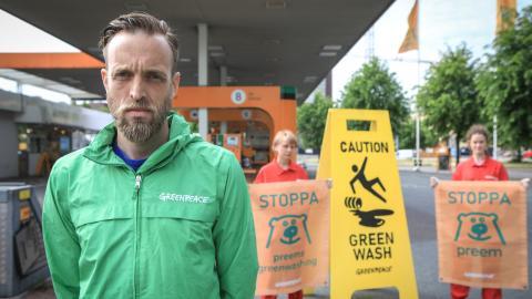 I tisdags höll Gustav Martner tillsammans med Greenpeace-aktivister en aktion vid en av Preems stationer i Göteborg.   Bild: Greenpeace