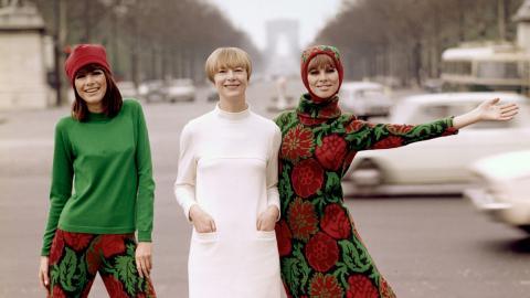 Katja Geiger omgiven av två av sina modeller i Paris. Bild: Björn Larsson Ask/Bonnierarkivet