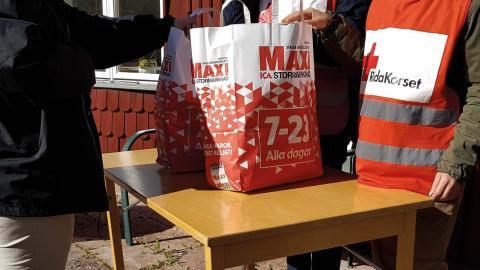 Svenska kyrkan har bekostat matkassar med 150 000  kronor och en lokal handlare sponsrade med hundra kassar. Bild: Press
