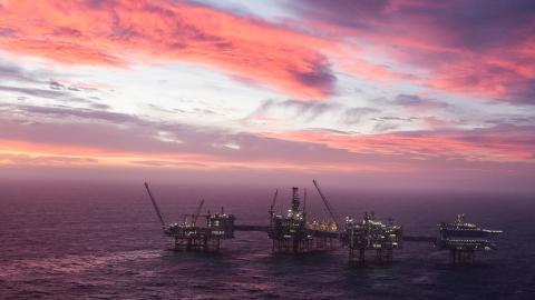 Förra året exporterade Norge olja till ett värde av 463 miljarder norska kronor. Men efter prisfall och fallande fterfrågan erbjuder nu regeringen ett krispaket för oljenäringen.  Bild: Carina Johansen/NTB scanpix/TT