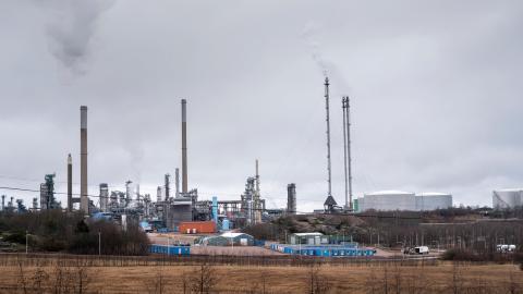 Den nya utbyggnaden vid raffinaderiet i Lysekil skulle öka Preemraffs koldioxidutsläpp med en miljon ton per år. På måndag lämnar Mark- och miljööverdomstolen sitt yttrande. Bild: Björn Larsson Rosvall/TT
