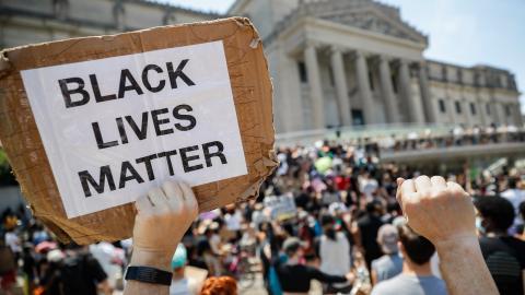Black lives matter-protester utanför Brooklyn Museum i New York under högtiden Juneteenth den 19 juni. Dagen firas till minne av att de sista slavarna i Texas nåddes av nyheten om sin egna frihet för 155 år sedan.  Bild: John Minchillo/AP/TT