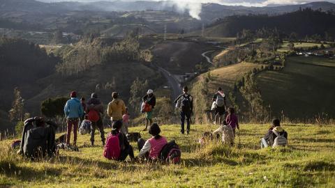 Venezuelanska flyktingar vid den  panamerikanska landsvägen  i Urbina, Ecuador. Bild: Edu Leon/AP/TT