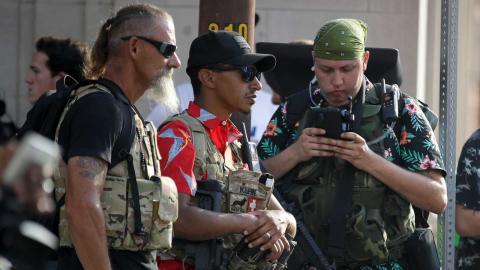 Boogaloo-anhängarna delar några gemensamma intressen: vapen, en antiauktoritär samhällssyn och en vision om ett nytt amerikanskt inbördeskrig. Foto: Charlie Riedel/TT/AP