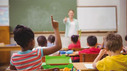 """""""Idag är den svenska skolan världens mest extrema exempel på privatisering och vinstjakt"""", skriver debattörerna. Bild: Shutterstock"""