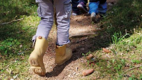 Matilda är med i scouterna och gillar att leka i naturen. Hon fick en liten yxa i födelsedagspresent som hon kan stoppa i byxan. Men den har hon inte med sig i dag.  Bild: Petra Mattsson