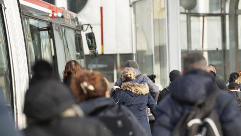 Det har ibland varit omöjligt att hålla avstånd i Stockholms kollektivtrafik under pandemin. Bild: Henrik Montgomery/TT