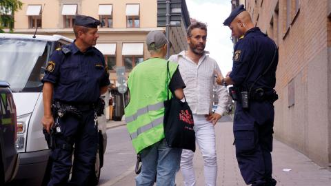 Samuel Jarrick åtalades för brott mot ordningslagen för att ha satt upp affischer. Aktionen riktade sig mot regeringens stödpaket till flygbranschen.  Bild: Leif Dahlberg