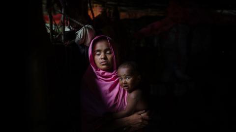 Halima är en av de rohingyer som tvingats fly till Bangladesh. Sedan den här bilden av den då 22-åriga modern togs i Teknafs flyktingläger 2017, har inget blivit bättre för den förtryckta minoriteten. Foto: Jonas Gratzer/TT