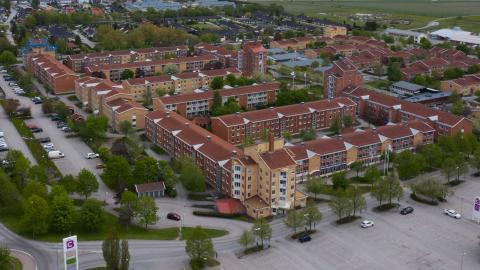 Vräkningarna är färre under coronavåren 2020, men oro finns inför hösten. (OBS: Husen på bilden används i illustrativt syfte) Foto: Fredrik Sandberg / TT