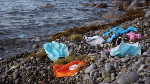 Masker och plasthandskar på en strand i Frankrike. Bild: Shutterstock