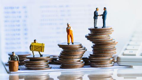 Skattesänkningar, som jobbskatteavdraget och slopandet av förmögenhetsskatten, har bidragit till ökade inkomstskillnader, enligt debattören. Foto: Shutterstock