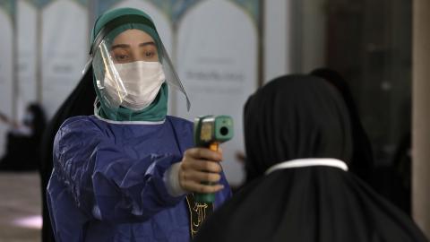 Temperaturen tas på besökare till en moské i Teheran. Bild: Vahid Salemi/AP/TT