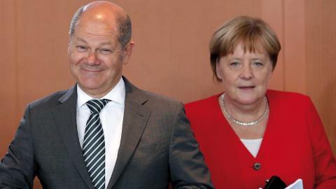 Finansminster Olaf Scholz spås bli SPD:s kandidat när Angela Merkels efter- trädare ska väljas nästa år.  Bild: Michael Sohn/TT/AP