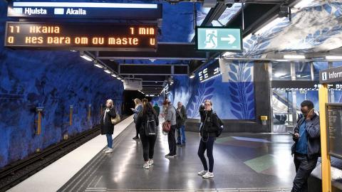 """I Stockholm ska SL försöka anpassa trafiken så att risken för trängsel minskar. """"I och med övergången till hösttidtabell förstärker vi, och kör mer än vad vi gjort utan pandemin"""", säger Claes Keisu, pressansvarig på SL.  Bild: Ali Lorestani/TT"""