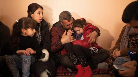 En yasidisk flicka som tillfångatagits av Islamiska staten  år 2014 återförenas med sin familj  i februari 2020. Bild: Maya Alleruzzo/AP/TT