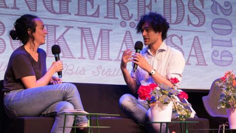 Pooneh Rohi och Khashayar Naderehvandi i samtal under Angereds bokmässa 2019. Foto: Renée Timlin