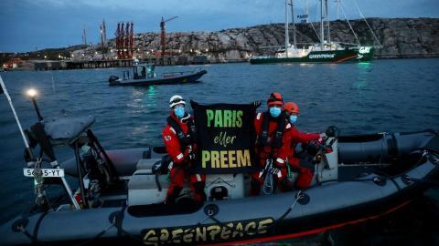 Paris eller Preem? Nu hindrar Greenpeace tankers från att lägga till. Bild: Greenpeace