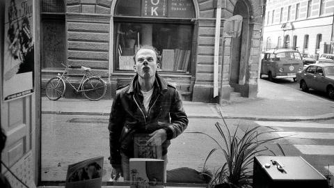 Punkaren Gurra, trummis i Ebba Grön, genom ETC:s fönster på Luntmakargatan i Stockholm, 1982.