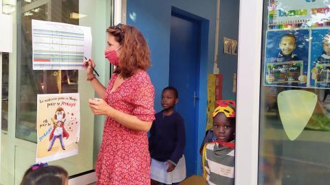 Agnès Detry tar emot sina förskoleelever.  Bild: Emma Sofia Dedorson