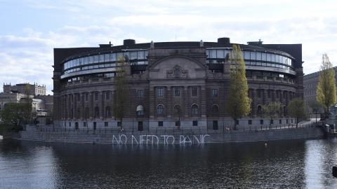 Ett meddelande från Greenpeace på Riksdagshuset i Stockholm. Organisationen Klimatriksdagen lämnar nu en lista till riksdagspartierna med konkreta förslag på hur Sverige bör hantera klimatkrisen. Bild: Thommy Tengborg/TT