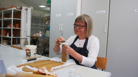 Kristina Wass höll på med keramik när hon var ung. Nu har hon tagit upp sitt intresse igen. Bild: Julia Sandstén Vikberg