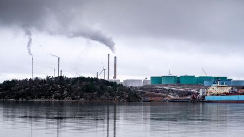 Regeringen bör inte tillåta fossila investeringar och endast ge tillåtelse till nya raffinaderier som tillverkar fossilfria bränslen med lågt klimatavtryck, skriver debattörerna.  Foto: Björn Larsson Rosvall /TT