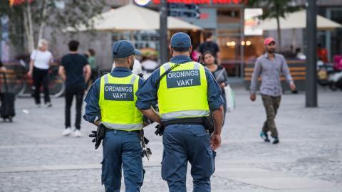 Miljonsatsningar på vakter minskar inte våldet. Istället krävs ett aktivt arbete för att minska de socioekonomiska klyftorna, genom sociala insatser och förebyggande arbete i skolor, menar debattören.  Bild: Fredrik Sandberg/TT