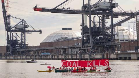 Klimataktivister demonstrerar framför Vattenfalls Moorberg-kraftverk i Hamburg, Tyskland. Bild: Georg Wendt/AP/TT