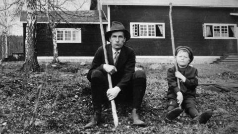 Författaren och poeten  Dan Andersson vid avslutningen av Brunnsviks vinterkurs 1917. Pojken bredvid Andersson är okänd.   Bild: Karl Lärka/Pressens Bild