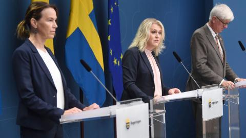 Olivia Wigzell, Lena Hallengren och Johan Carlson. Foto: Fredrik Sandberg / TT