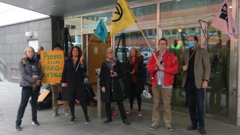 Aktivister från Extinction Rebellion Sverige utanför Preems huvudkontor. Bild: Extinction Rebellion Sverige