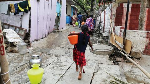 """""""Flertalet studier fastställer att när kvinnor stärks tar de sig själva, sina familjer och samhällen ur fattigdom och hunger"""", skriver debattören. BILD AIJAZ RAHI/AP/TT"""