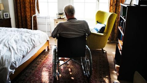 """""""En fungerande hemtjänst kan ofta vara en förutsättning för att kunna bo kvar i sitt hem. Den som bor kvar hemma ska få tillgång till bra hemtjänst där man får träffa personer som man känner igen och som har tid för varje besök"""", skriver debattören.  Bild: Shutterstock"""
