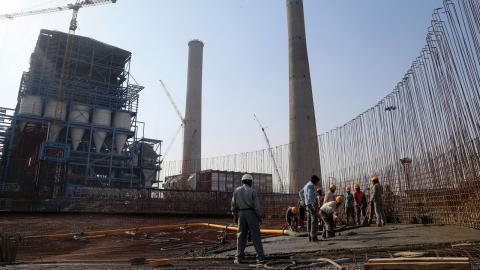 """Japan har kallat investeringar i """"effektiv"""" kolkraft i Indien och Bangladesh för klimatfinansiering. Bild: Aijaz Rahi/AP/TT"""