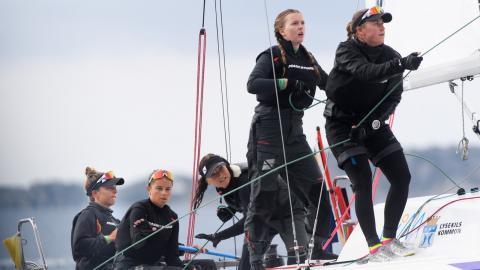 Till helgen i Marstrand seglar Team Bergqvist mot toppmotstånd i Women on Water. Isabelle Bergqvist är till vänster om Johanna. Bilderna är från VM i matchracing i Lysekil 2019.  Bild: Carl Sandin/Bildbyrån
