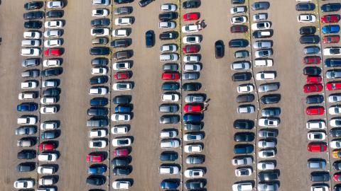 Istället för fler parkeringsplatser bör alternativa  transportsätt erbjudas, menar debattören. Bild: Johan Nilsson/TT