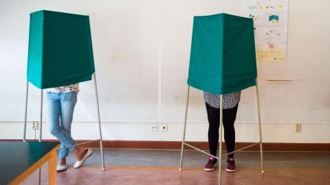 Låt 16- och 17-åringar rösta, skriver debattörerna. Bild: Hanna Franzén/TT