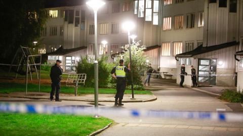 Polis vid platsen där två personer skadades i en skottlossning i Biskopsgården i Göteborg 5 oktober. Bild: Henrik Brunnsgård/TT